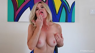 Mature babe toys her marvelous cunt while flashing nude