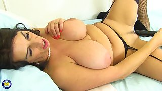 Mega sized boobs and a dildo deep dominant the pussy be beneficial to Lulu