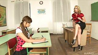 Kathia Nobili and Lendsay have a triple ripening surrounding uniforms