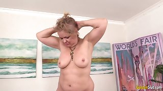 Chubby Granny Kelly Leigh Gets Pleasured wide of Machine till She Reaches Orgasm