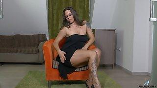 Temptress Simony Diamond is finger fucking pussy spreading legs into operation