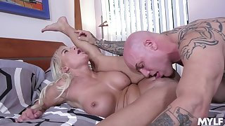 Blondie reaches the orgasm with the man's full dong