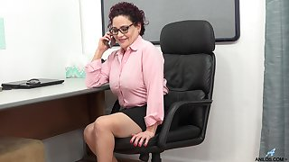 Mature chubby office lady Amanda Ryder desires to please herself